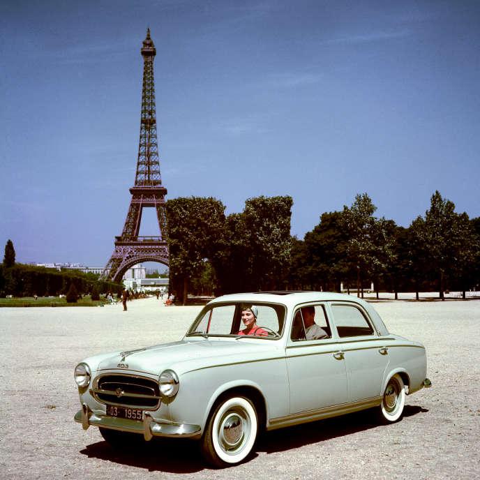 Silhouette bonhomme et loin de toute excentricité, la Peugeot 403 s'adresse à un public  qui lui ressemble.