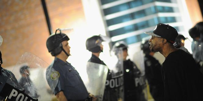 Face-à-face entre policiers et manifestants devant les locaux de la police de Ferguson, le11mars 2015.