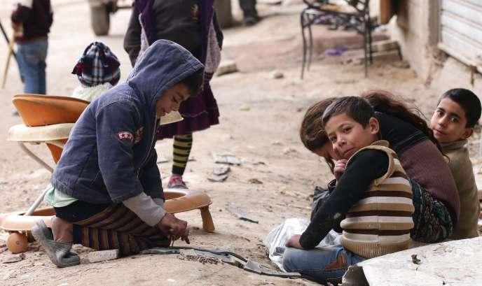 Des réfugiés syriens dans les rues de Damas, en Syrie, le 18 février 2015. La moitié de la population du pays, soit 11,5 millions de personnes, sont déplacés ou ont fui vers l'un des Etats voisins.
