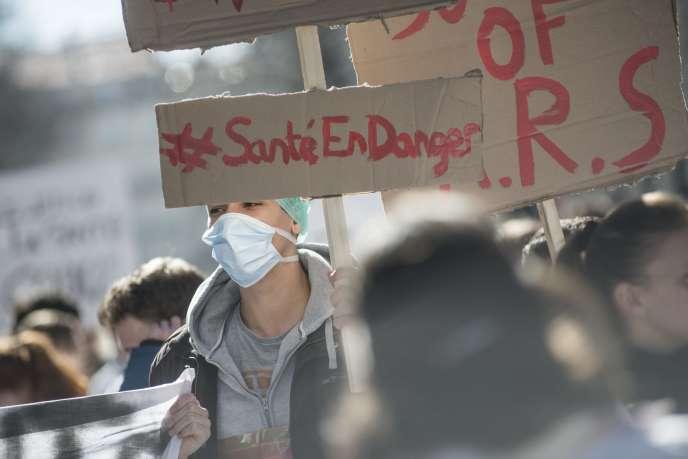 Lors d'une manifestation d'étudiants en médecine contre le projet de loi santé, à Lyon, le 6 mars.