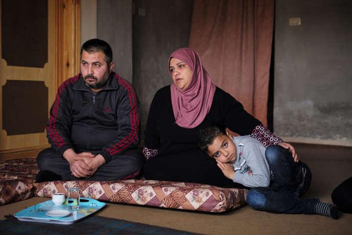 Abderrahmane avec sa famille, dans la banlieue d'Irbid.
