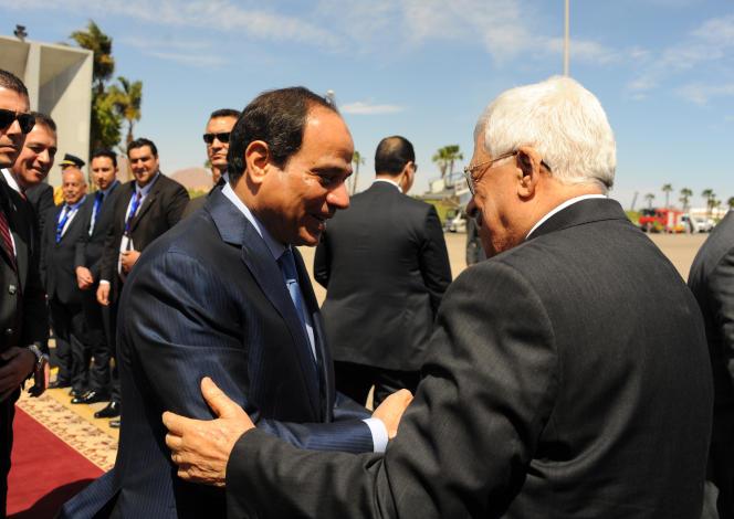 Le président égyptien, Abdel Fattah Al-Sissi, au centre, accueille le président de l'Autorité palestinienne, Mahmoud Abbas, à son arrivée à Charm El-Cheikh, le 13 mars.