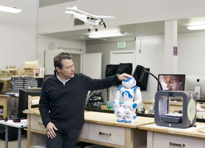 Peter Diamandis, cofondateur de la Singularity University, dans le laboratoire de l'université, aux côtés du robot de compagnie Nao.