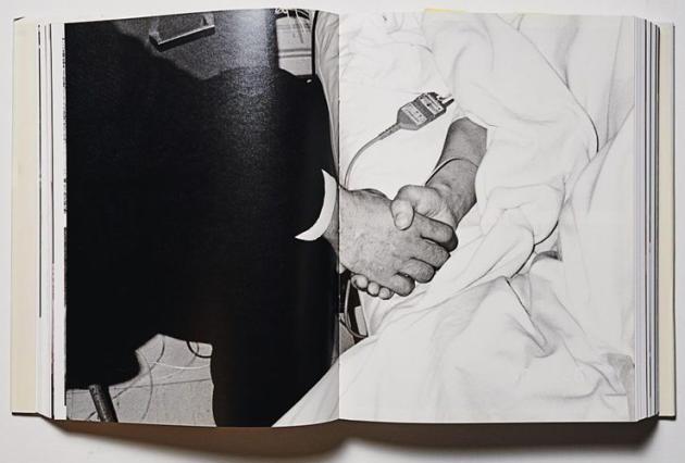 """Photographie tirée du livre """"Voyage sentimental"""". Araki y tient la main de sa femme, malade. La photographie a été réalisée par le frère de l'artiste."""
