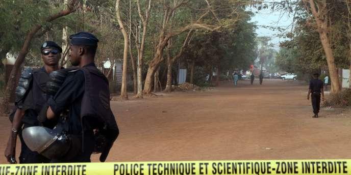 Appuyées par des policiers de la Mission de l'ONU au Mali (Minusma) et des enquêteurs français et belges arrivés en renfort, les investigations ciblent une dizaine de suspects.