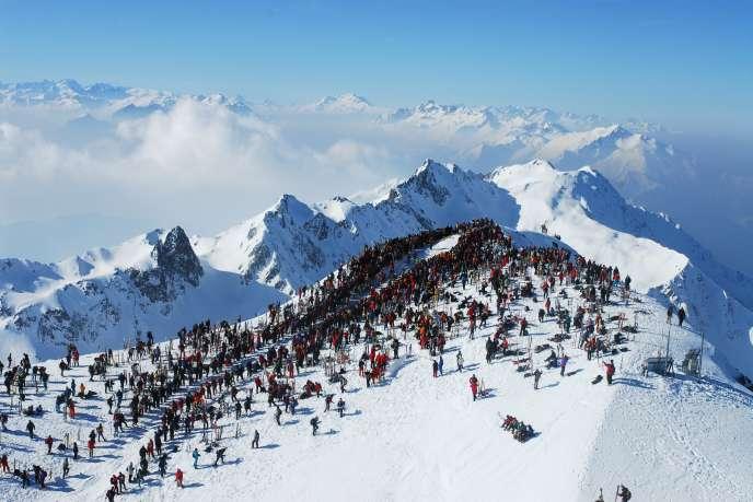 Les spectateurs de la Pierra Menta, qui se court en Savoie du 11 au 14 mars, n'hésitent pas à grimper jusqu'au Grand-Mont, à plus de 2 600 m, pour assister à l'arrivée.