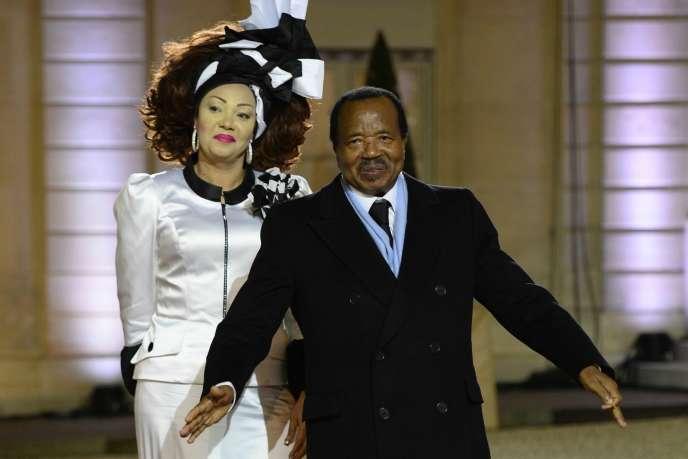 Le président camerounais Paul Biya et son épouse, le 6 décembre 2013 à Paris.