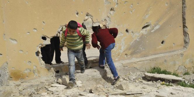 Des enfants reprennent l'école dans la ville syrienne kurde de Kobané, le 2 mars.
