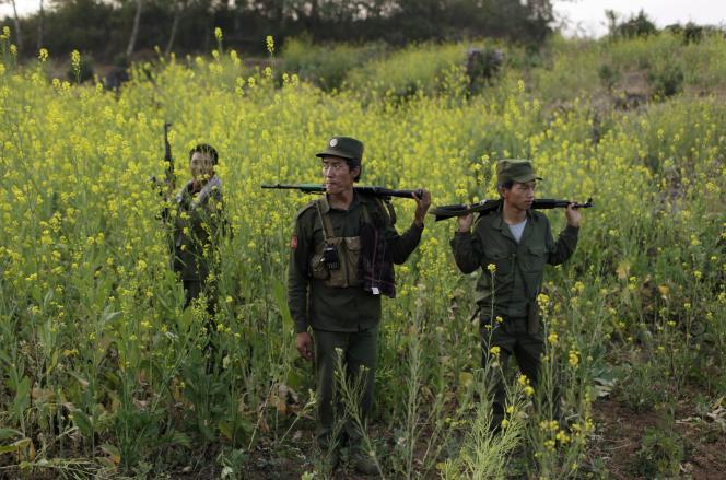Des combattants rebelles patrouillent près de la base militaire de Kokang, le 10 mars.