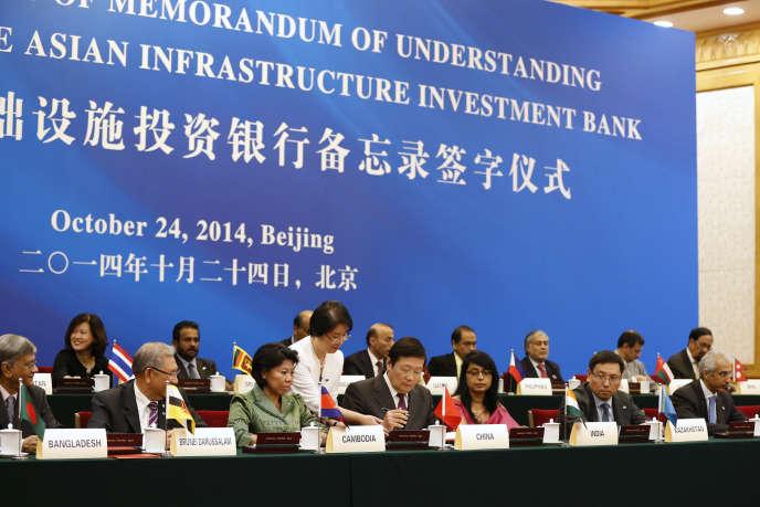 Le 24 octobre 2014 à Pékin, le ministre chinois des finances, Lou Jiwei (au centre), signe le document donnant naissance à la Banque asiatique d'investissement pour les infrastructures.