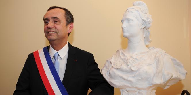 L'ancien président de Reporter sans frontières, passé à l'extrême droite et élu à Béziers avec le soutien du FN, a fait cette annonce en plein conseil municipal où il a reçu un accueil mitigé.