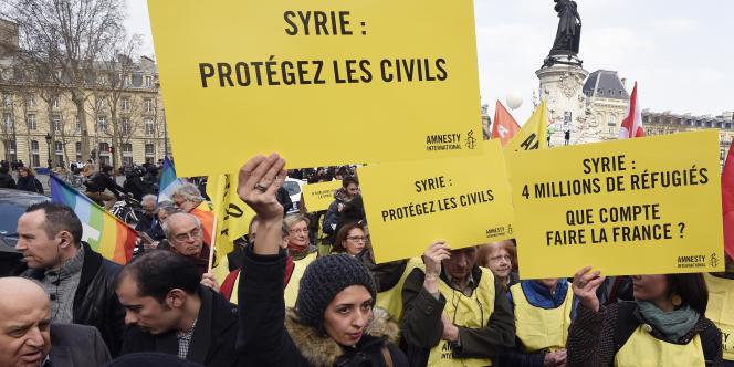 « Ni Assad, ni Etat islamique » ont scandé des centaines de personnes samedi 14 mars à Paris.