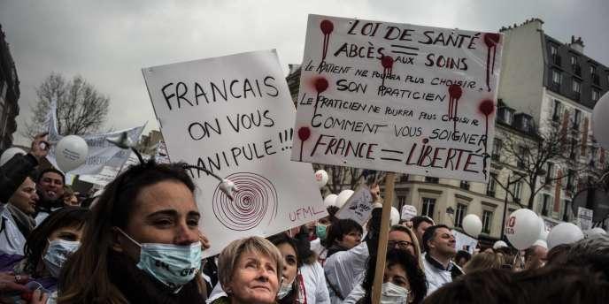 La plupart des professions médicales ont défilé, dimanche à Paris, contre le projet de loi de Marisol Touraine.