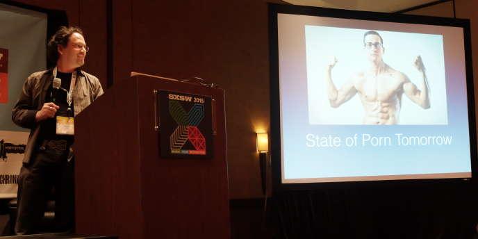 Brian Shuster lors de sa conférence donnée à Austin sur l'avenir de la pornographie et de la réalité virtuelle, samedi 15 mars 2015.