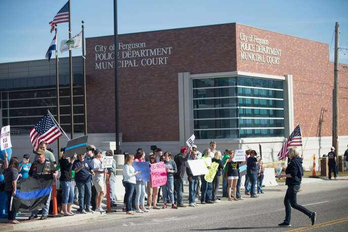 Manifestation de soutien à la police de Ferguson, dimanche, jour de l'inculpation d'un homme suspecté d'avoir tiré sur un policier en début de semaine.