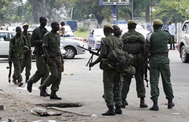 Un groupe de soldats de l'armée congolaise dans les rues de Kinshasa