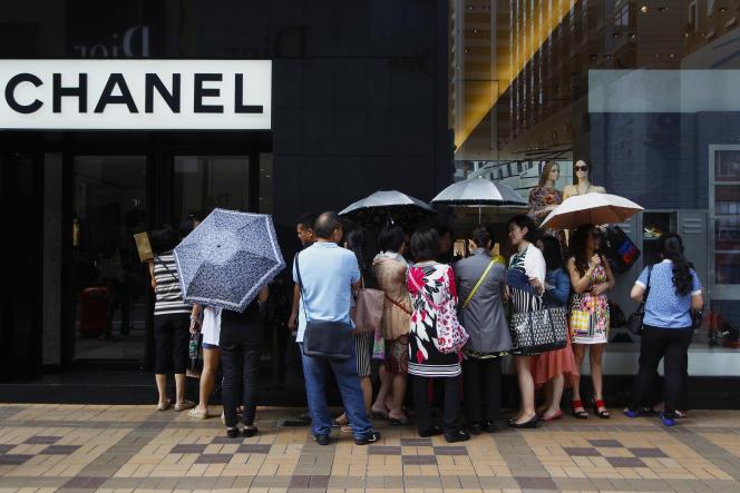 En raison de droits de douanes, les produits de luxe sont vendus 40 % plus chers en Chine qu'en France.