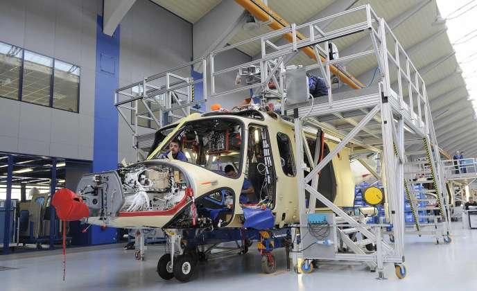 Un employé d'AgustaWestland, filiale du groupe public Finmeccanica pour le marché d'hélicoptères, travaille dans les ateliers de Vergiate, dans le nord de l'Italie, le 13 mars 2015.