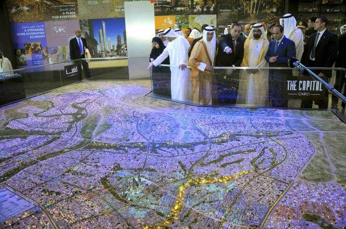 Le président égyptien Abdel Fattah Al-Sissi et le premier ministre émirati Mohammed Ben Rashid Al-Maktoum, devant une maquette des projets urbains pour LeCaire, le 14mars.