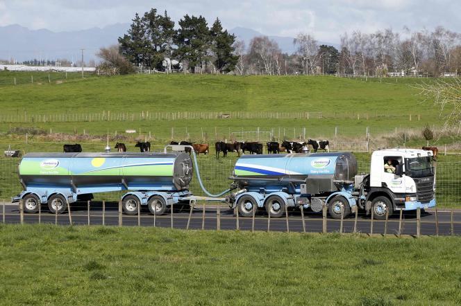 Le néo-zélandais Fonterra, premier exportateur mondial de lait, affectée par le surplus de production, a vu ses ventes et ses bénéfices reculer fortement.
