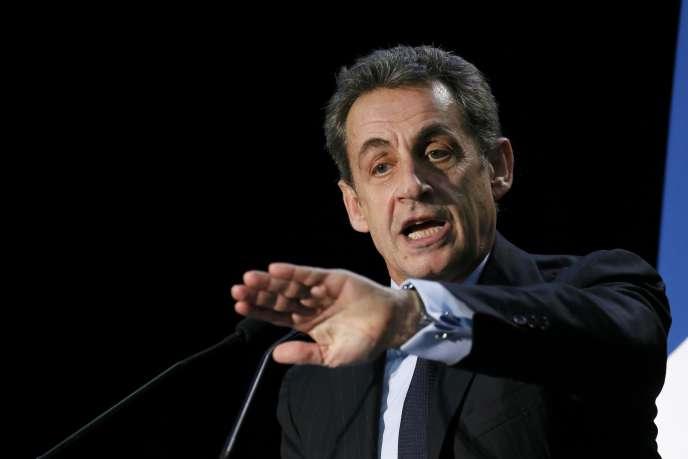 Le président de l'UMP Nicolas Sarkozy en campagne pour les départementales à Palaiseau le 16 mars.