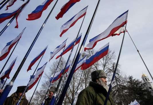 Des membres de milices séparatistes prorusses célébrant l'annexion de la Crimée par la Russie, en mars 2015.