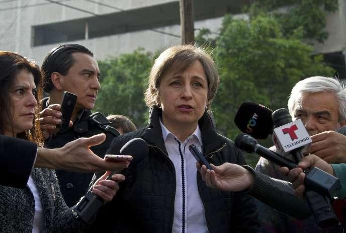 La journaliste mexicaine Carmen Aristegui devant les locaux de Radio MVS, le 16 mars.