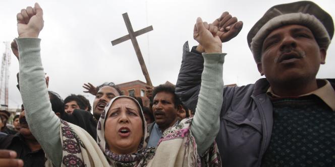 Des cérémonies en hommage aux victimes étaient prévues dans les églises du pays le 16mars, au lendemain de l'attaque la plus meurtrière perpétrée contre cette minorité depuis celle de septembre2013 contre une église de Peshawar, dans le nord-ouest du pays, qui avait fait 82morts.