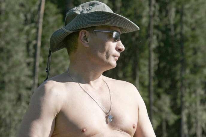 Vladimir Poutine se met en scène en tant qu'homme viril (à la pêche à quelques kilomètres de Kyzil, la capitale de la république russe de Touva, à la frontalière de la Mongolie en 2007).