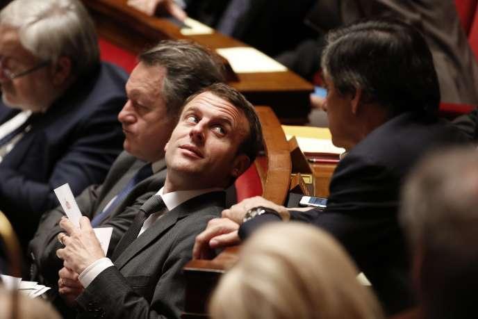Emmanuel Macron et François Fillon lors d'une séance de questions au gouvernement, le 17 mars à l'Assemblée nationale.