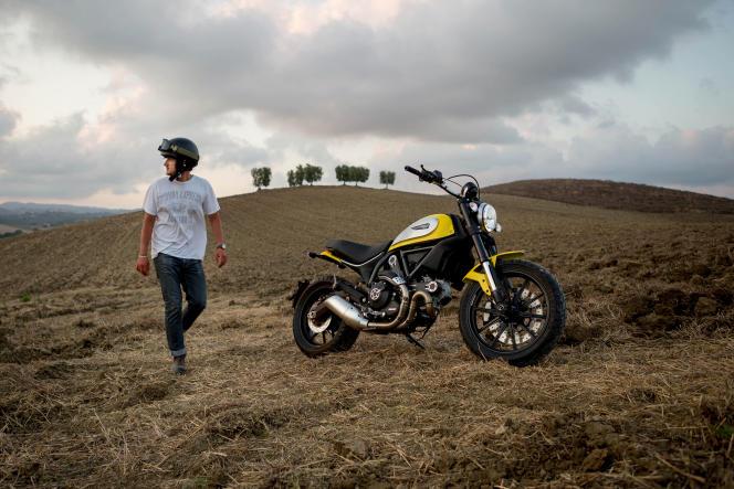 Le scrambler de Ducati ne pèse que 170 kg et le bicylindre en L de 803 cm3 offre des accélérations puissantes mais raisonnables.