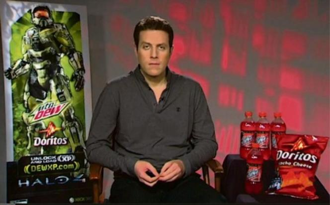 Photo d'un journaliste devant des sacs de chips Doritos, prise lors des Games Media Awards, en 2012 et devenue prétexte à dénoncer la proximité entre annonceurs et médias dans les jeux video.