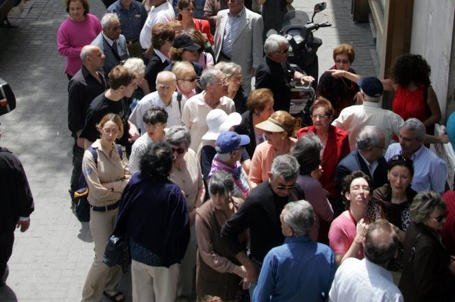 File d'attente devant le consulat français à Tel-Aviv, en Israël (premier tour de l'élection présidentielle, le 22 avril 2007).