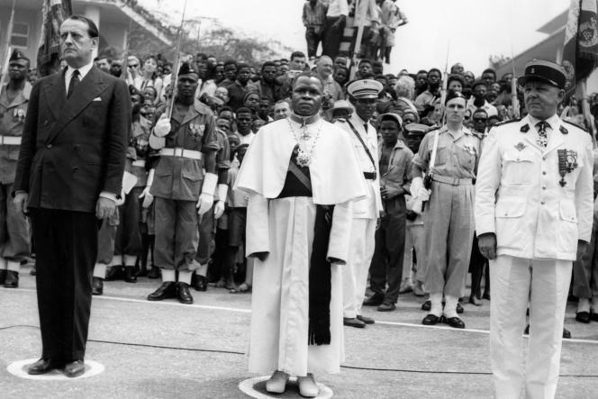 L'abbé Fulbert Youlou entouré du ministre de la culture français Andre Malraux (gauche) et du colonel Daboval durant la cérémonie de l'indépendance du Congo, le 15 août 1960.