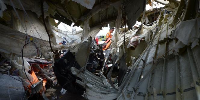 Les équipes de secours examinent le fuselage de l'Airbus A320-300, à Djakarta, le 2 mars 2015.