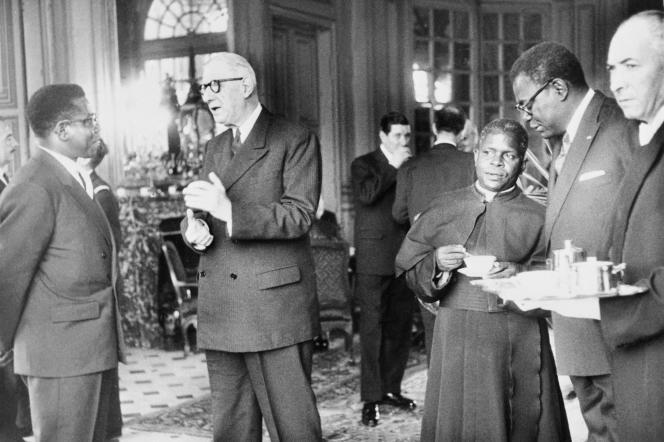 Le président congolais Fulbert Youlou (troisième à droite) en compagnie du général de Gaulle et d'autres personnalités, au château de Champs-sur-Marne, 22 novembre 1961.