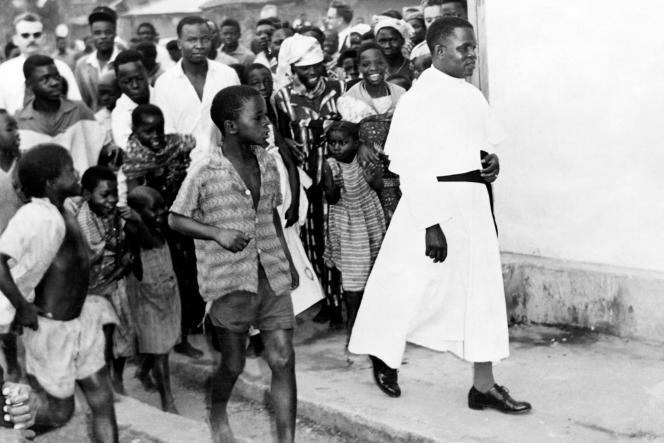 L'abbé Fulbert Youlou le 15 juin 1959 à Brazzaville, en route pour aller voter.