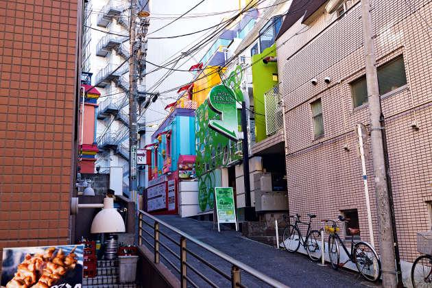 Plusieurs « love hotels » se côtoient dans cette rue du quartier de Shibuya, à Tokyo.