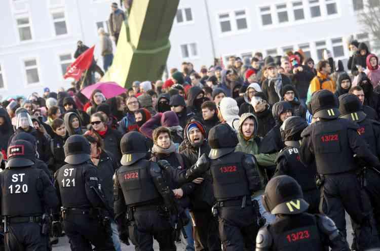 Parmi les intervenants de la manifestation, figurent des représentants du mouvement altermondialiste Attac, des syndicats, un représentant du parti de gauche radicale grec Syriza, dont est issu le Premier ministre Alexis Tsipras, ou encore Miguel Urban du mouvement espagnol Podemos, parti-austérité en tête des sondages pour les prochaines législatives.