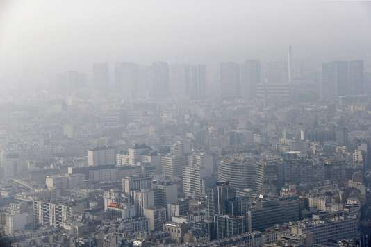 La Ville de Paris appelle les Parisiens à s'adapter, « en empruntant prioritairement les réseaux de transport en commun, le covoiturage ou l'utilisation de véhicules peu polluants ».
