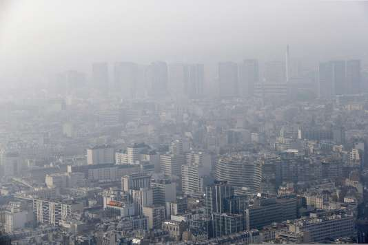 Vue de Paris lors d'un pic de pollution, le 18 mars 2015.