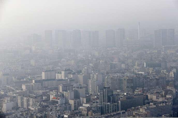 Vue de Paris lors d'un pic de pollution, le 18mars2015.