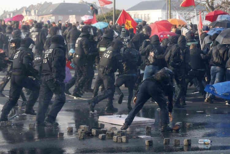 La police francfortoise a mobilisé plusieurs milliers d'hommes, des dizaines de canons à eau ainsi que des hélicoptères.