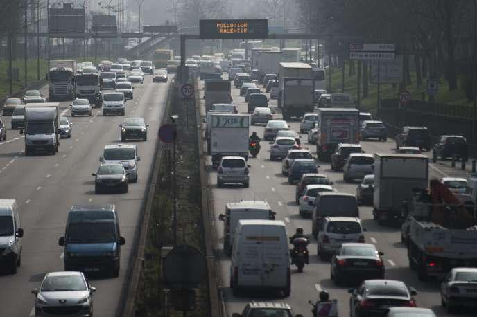 Depuis le 1er septembre, les bus, cars et poids lourds de plus de 3,5 tonnes immatriculés avant le 1er octobre 2001 seront sanctionnés s'ils roulent entre 8 heures et 20 heures dans Paris intra-muros les jours de semaine et le week-end.