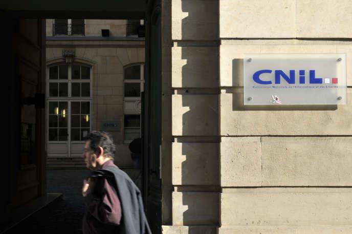 Devant le siège de la CNIL, à Paris.
