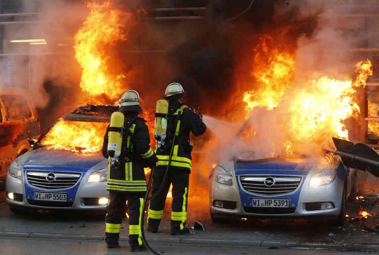 Poubelles et voitures incendiées. Jets de pavés contre la mairie de la ville. Jets de pierres contre les policiers aux abords du vieil opéra. ... De premiers incidents ont eu lieu dans la nuit de mardi à mercredi, puis mercredi en début de matinée.