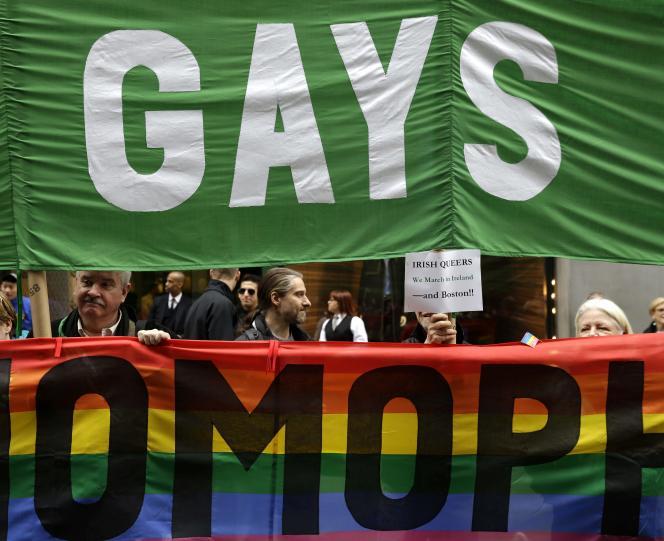 Manifestation de mouvements homosexuels contre leur exclusion du défilé de la Saint-Patrick, à New York, le 17mars.