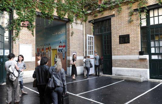 Des enseignants arriventau collège Lucie Aubrac, à Paris, lors de la rentrée des enseignants, le 2 septembre 2011.