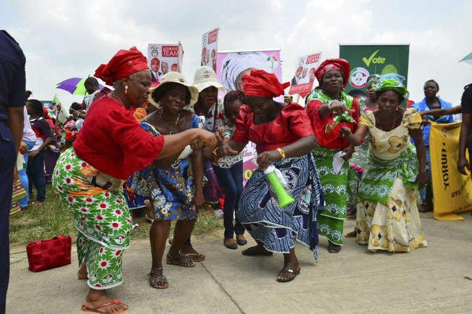 Des femmes dansent lors d'un meeting du parti du président Goodluck Jonathan.