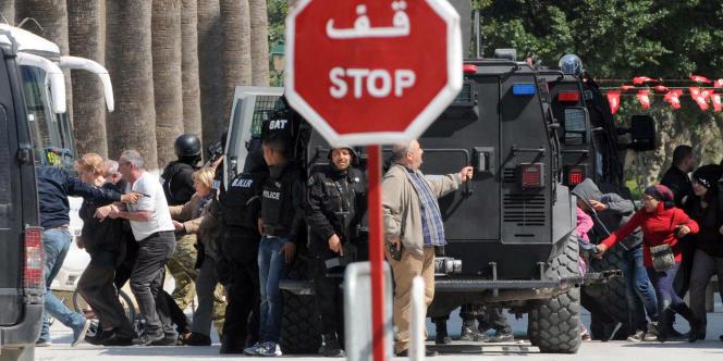 A Tunis, des touristes sont évacués du Musée du Bardo, mercredi 18 mars.